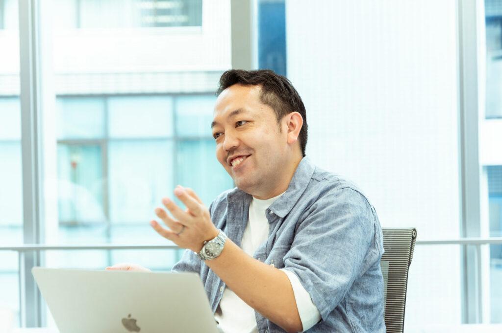 濱田雄司。「乃木恋」ではマーケティング、プロモーションまわりを担当。直近では、7月に「乃木恋」と日向坂46さんのアプリ「ひなこい」が連動して行った共同キャンペーンの企画を手がける